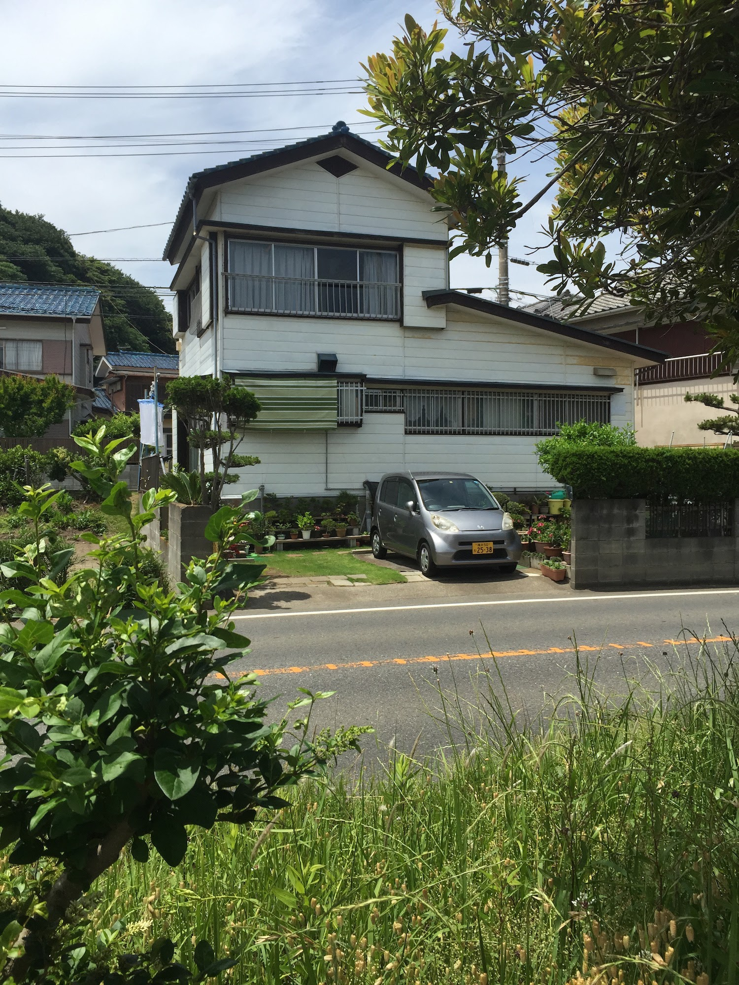 Japanese home w/ kei car out front